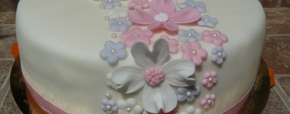 Virágos születésnapi torta egy tündéri kislánynak